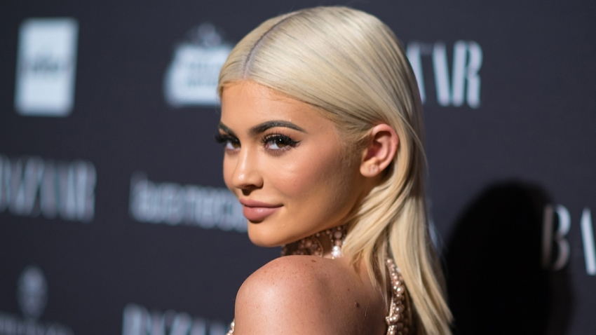 190312_3921845_Kylie_Jenner_Flaunts_An_Up_Close_Look_At_Her_1200x675_1456923203618.jpg