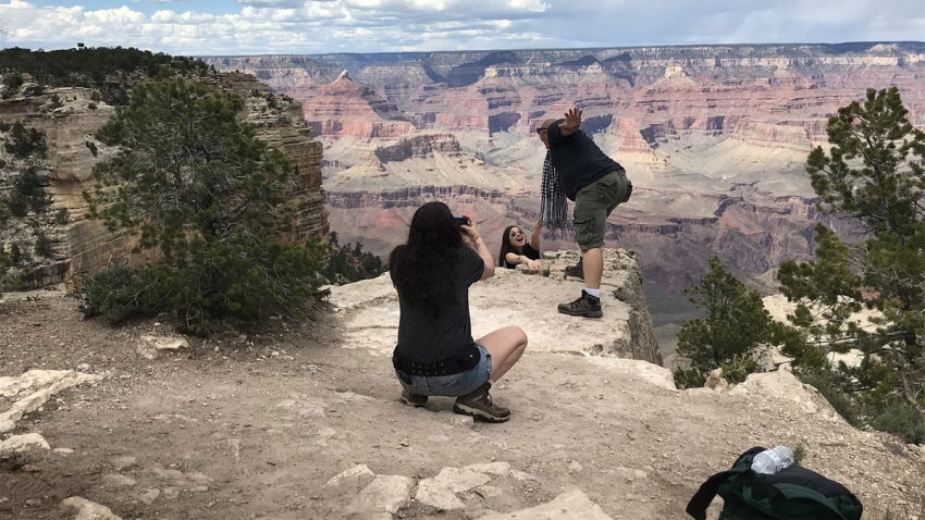 grand-canyon-edge-tourists