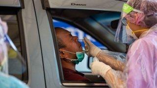 Un hombre en Tailandia recibe una prueba para detectar el coronavirus.