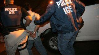 hombre es tomado en custodia por agentes de ICE