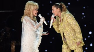 Dolly Parton (L) and Miley Cyrus