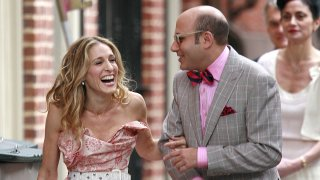 """FILE - Actors Sarah Jessica Parker and actor Willie Garson film a scene for the """"Sex and the City"""" movie on Oct. 1, 2007, in New York City."""