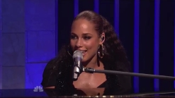 Alicia Keys to Play Free Show on Super Bowl Eve