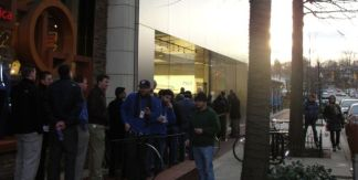 Hundreds Line Up for iPad 2
