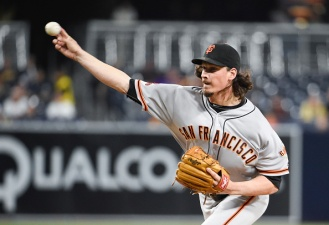 Giants Edge Padres, Keep Pace With Mets in Wild Card Race