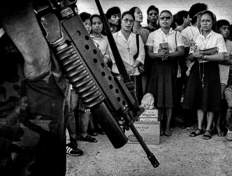 Pulitzer Prize Winning Photojournalist Kim Komenich Talks About His Photos Taken During the Philippine Revolution 30-Years Later