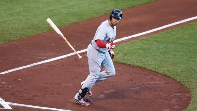Beltran Leaves With Knee Injury