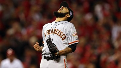 Giants Beat Reds 2-1 in 10, Keep Hope Alive