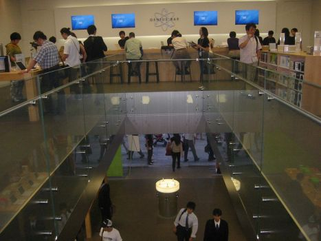 Tokyo Apple Store Turns Into Makeshift Gathering Place