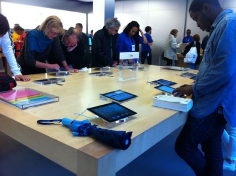Apple Retail Squandering Dozens of iPad 2s as In-Store Signage