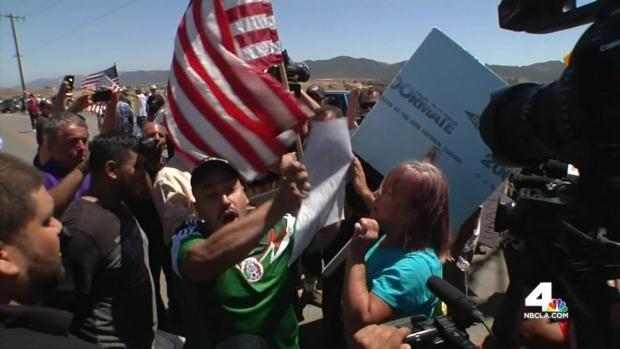 [LA] Supporters, Opponents of Migrant Transfer Protest in Murrieta
