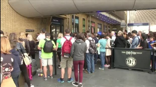 [NATL] Fans Gather at King's Cross for Harry Potter's 20th Anniversary