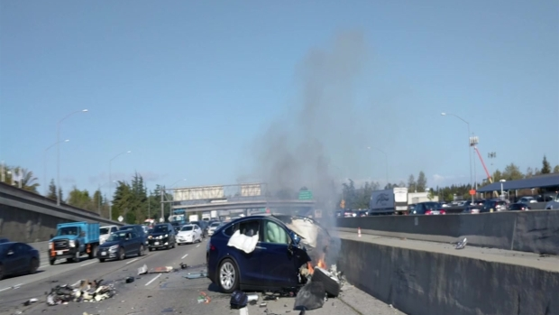 RAW: Accident Causes Tesla to Catch Fire on U.S. Hwy. 101 in Mountain View