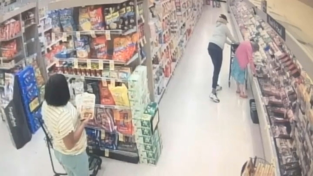 [BAY] RAW: Women Steal Wallet From Elderly Woman