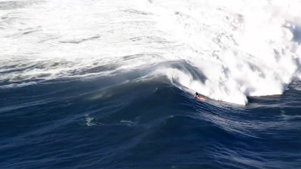 [NATL-BAY]7 Minutes of Aerial Video: Surfers Ride Huge Waves at Mavericks