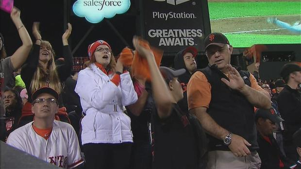 [BAY] Electric AT&T Park Crowd Celebrates Giants Game 4 Win