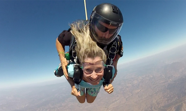 [DGO] Twin Sisters Go Skydiving on 65th Birthday