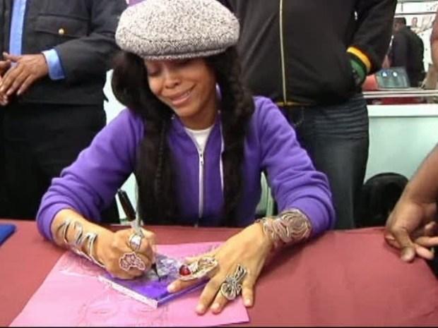 [DFW] Erykah Badu Mum About Dealey Plaza Incident