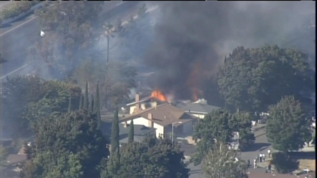 [BAY] RAW VIDEO: I-80 Grass Fire Jumps Soundwall in Fairfield, Burns Homes