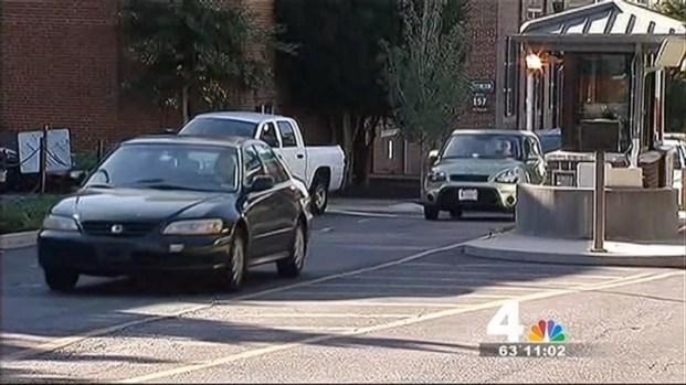 [DC] Navy Yard Employees Retrieve Belongings After Shooting