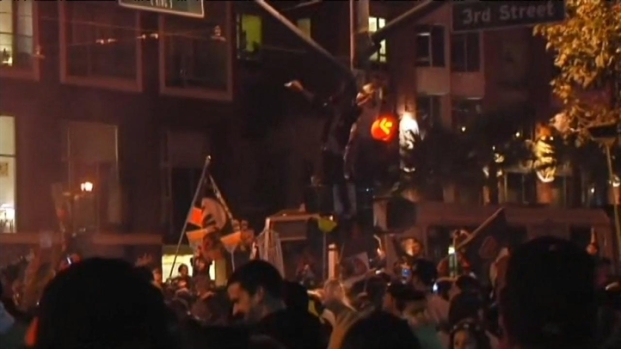 [BAY] Raw Video: Fans Flock to AT&T Park Following Giants Win