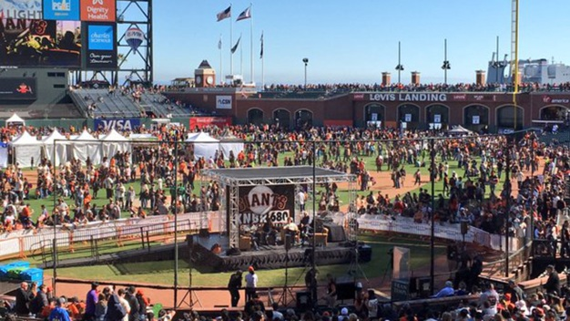 Thousands Turns Out for Giants FanFest
