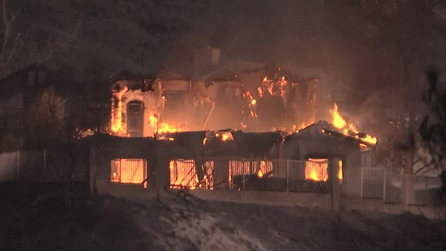 Kincade Fire Destroys Nearly 2 Dozen Homes, Burns 21,900Acres