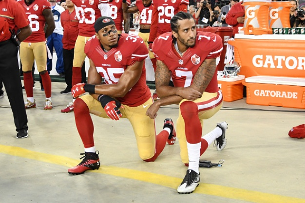 Chicago Fans Urge Kaepernick to Stand for National Anthem
