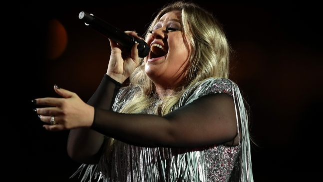 Kelly Clarkson Backs Lip-Synching Mom Who Embarrassed Son