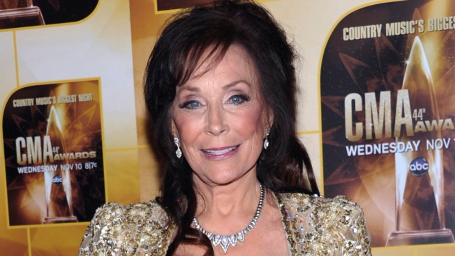 Loretta Lynn Breaks Hip After Fall
