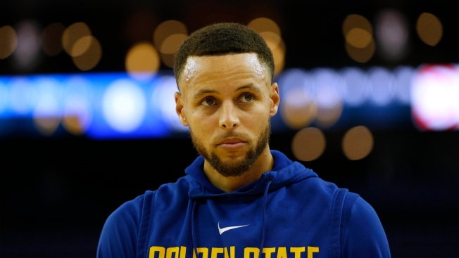 Curry Limps to Locker Room With Left Knee Strain, Does Not Return Vs Hawks
