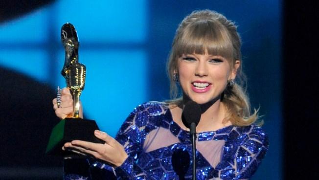 Swift Wins 8 Trophies at Billboard Awards