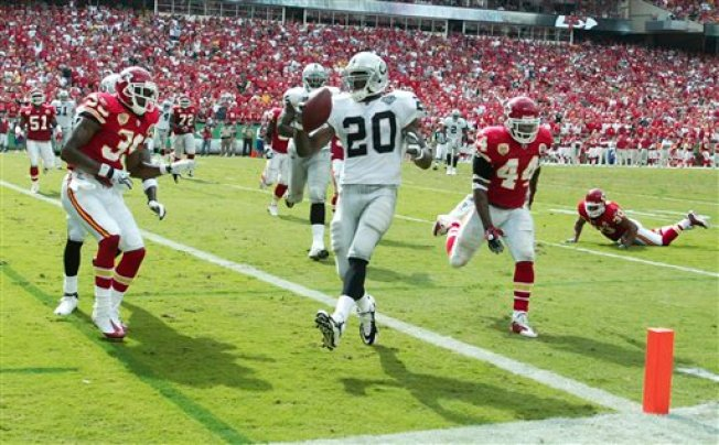 Late McFadden TD Carries Raiders to Win in KC