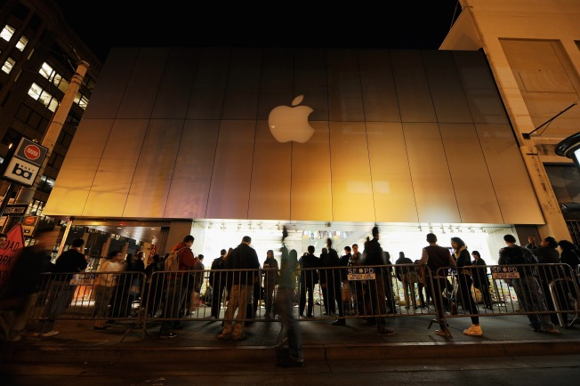 Hundreds Flock to San Francisco Apple Store