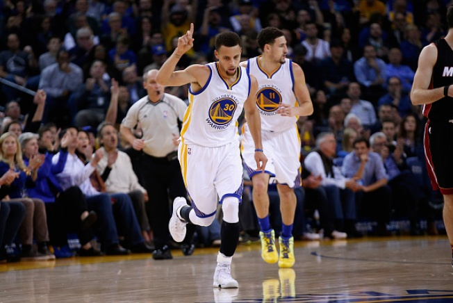 Curry, Warriors Hold Off Heat Late for Win