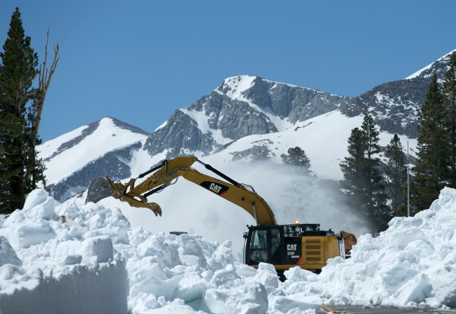 [LA GALLERY] Snowplows in June? California's Highest Mountains Are Still Blanketed in Snow