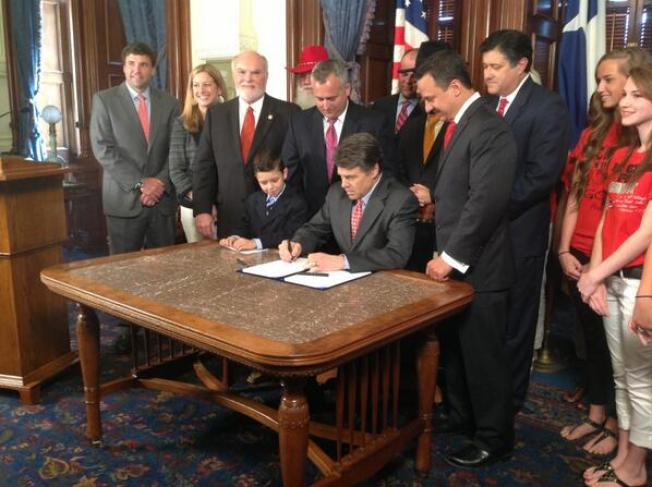 "Texas Governor Signs ""Merry Christmas"" Bill"