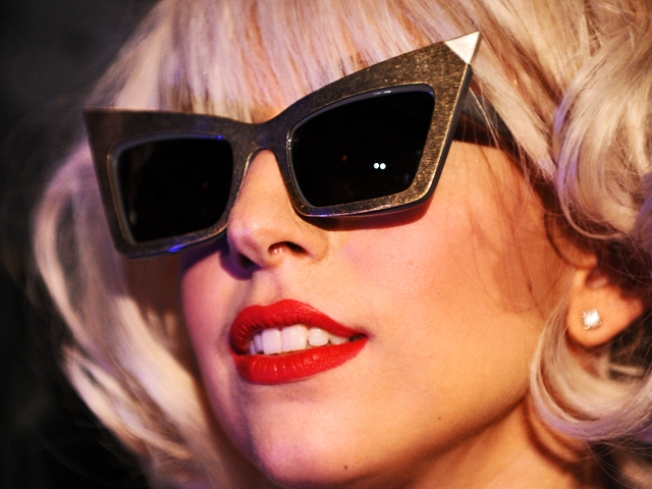 "Lady Gaga Brings Love Game to ""Gossip Girl"""