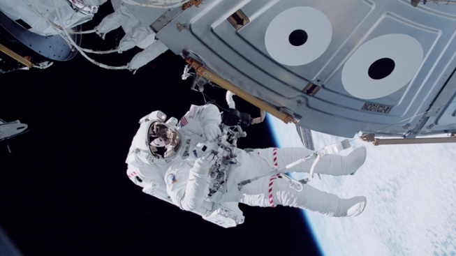 Space Station Astronouts Unload Capsule Carrying 1.5 Tons of Trash