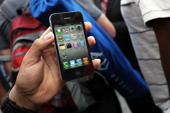 "Steve Jobs Acknowledges iPhone 4's Problem With Lefties, Offers ""Fix"""