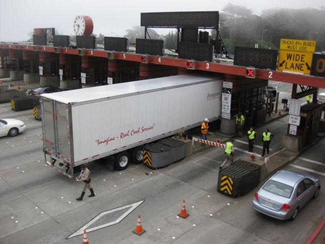 Truck Driver Gets Stuck in Toll Lane on GGB