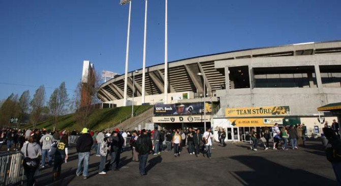 Amtrak Passenger Spots Body Near Oakland Coliseum
